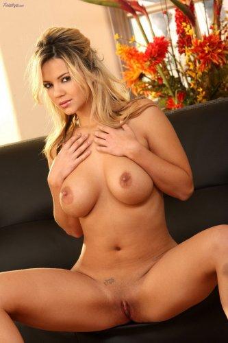 Ashlynn Brooke - На черном диване