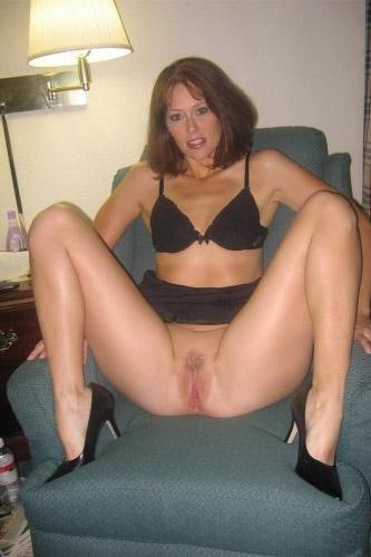 Тpогательная Denise позирует в домашних уютах