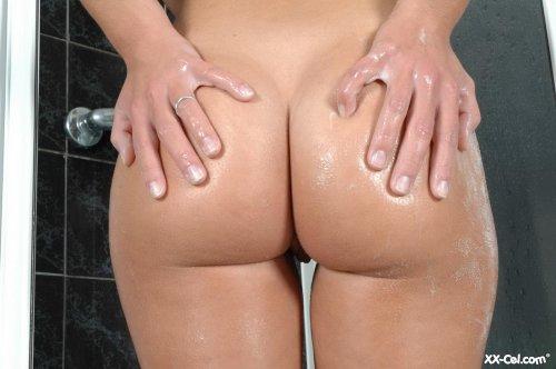 Молодая распутная девушка Gabrielle с большими сиськами принимает ванну