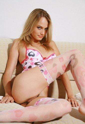 Красивая блондинка Карла