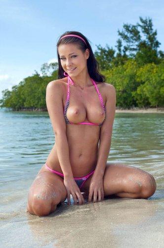 Голая брюнетка на экзотическом пляже