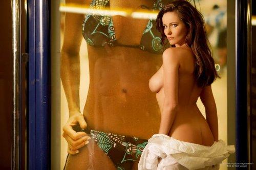 Эротические фото обнажённой модели Kyla Cole на станции метро