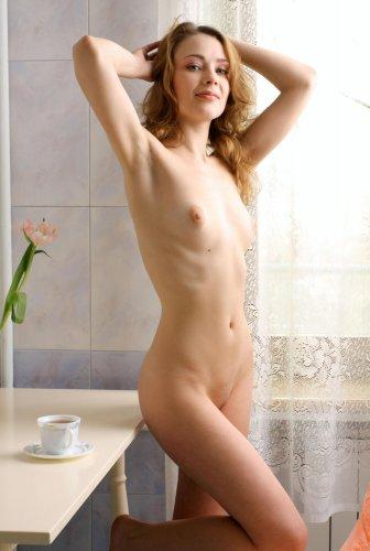 Голая Елена на кухне