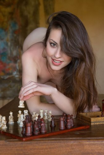 Голая брюнетка играет в шахматы