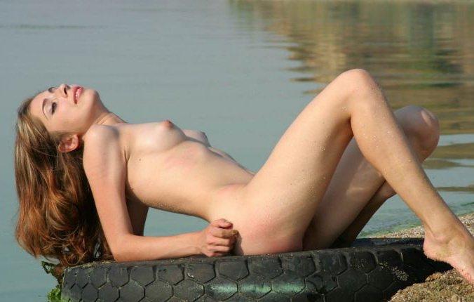 фото голых в минибикини