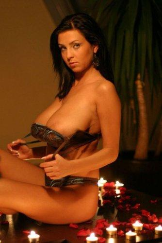 Девушка с большой натуральной грудью в романтической обстановке делает фото