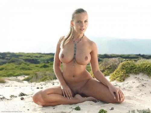 Грудастая топ-модель Chikita возбудит любого мужика голым телом на пляже