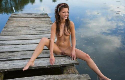 Русская обнажённая красавица Tea показывает частную эротику у бани