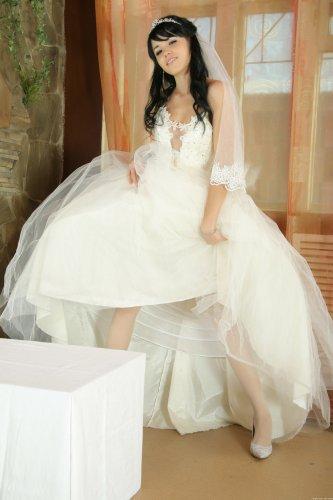 Голая невеста с сексуальным телом делает эротические фото после свадьбы