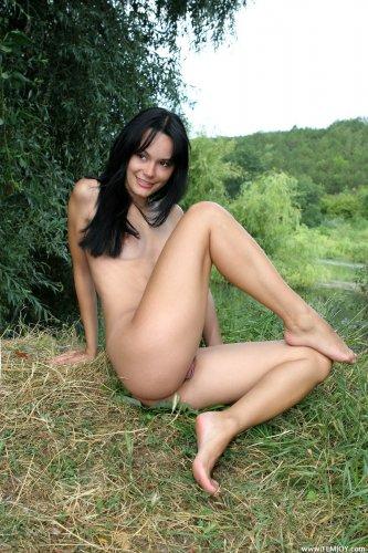Скромная обнажённая девушка с волосатой пиздой в лесу на берегу речки