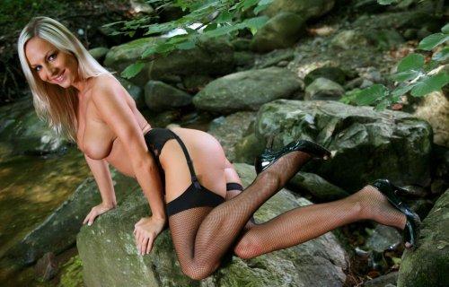 Блондинка с невероятно красивыми сиськами позирует обнажённая в чулках