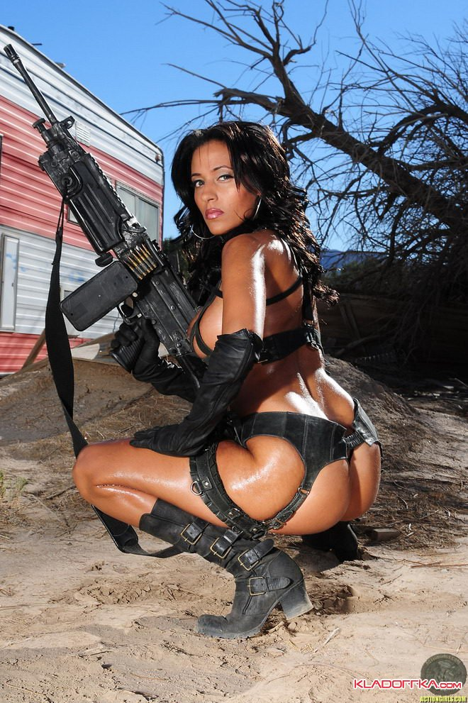Фото эротика голые девушки и оружие