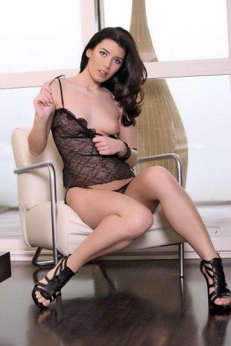 Эротическая фотомодель Руслана в прозрачном сексуальном нижнем белье