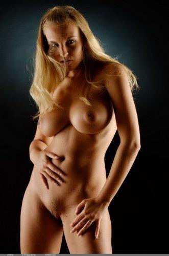 Очень сексуальный фотосет неотразимой голой Chikita на тёмном фоне