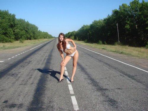 Жопастая барышня Катя любит делать частные эротические фото в разных местах