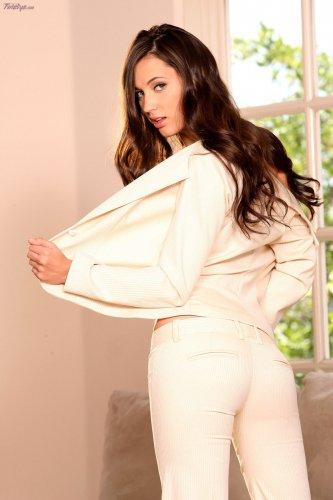 Длинноногая топ модель Georgia Jones с маленькими сисями снимает одежду
