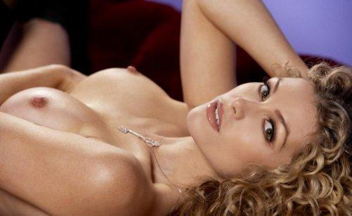Кудрявая фотомодель Heather Vandeven в сексуальном нижнем белье