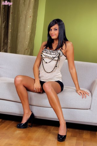 Стройная брюнетка Sasha Cane раздвигает волосатую вагину на диване
