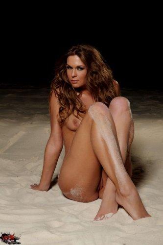 Ночные эротические фото обнажённой модели Adrienne Manning на песчаном берегу
