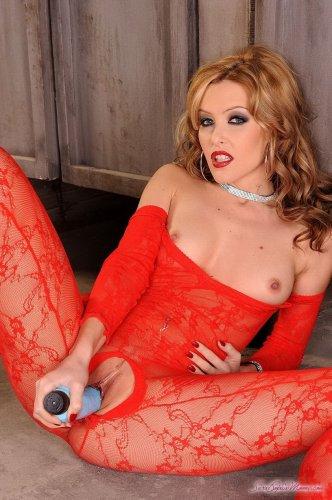 Развратная тёлка Sophie Moone в красном сексуальном боди с огромным вибратором
