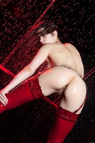 Наталья катается на качелях