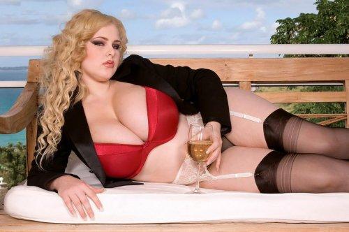 Пышная девушка с большущими сисяндрами фоткается в эротическом белье