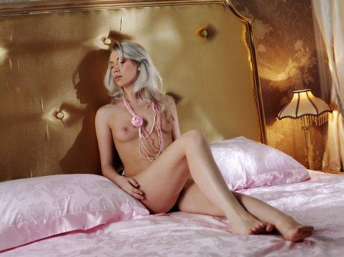 Длинноногая сексопильная блондинка Лана скидывает прозрачные трусики