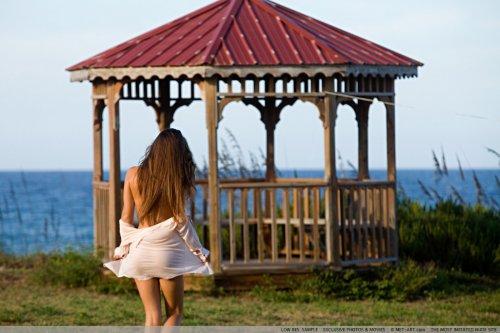 Молодая и очень сексуальная модель Aria делает эротические снимки на пляже