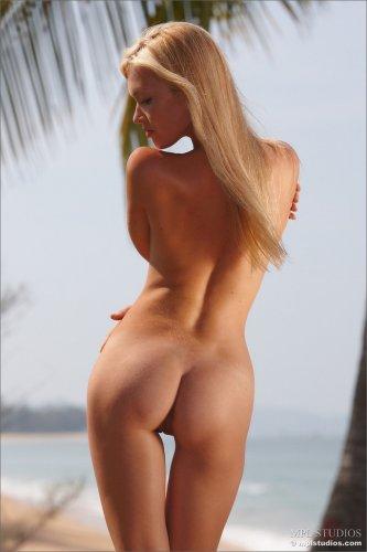 Солнце, пляж и обнажённая красотка Monika делает эротические фото