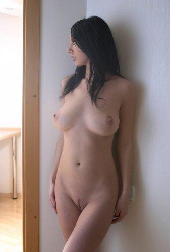 Горячая брюнетка Виктория с отличными сиськами на частных эротических фото