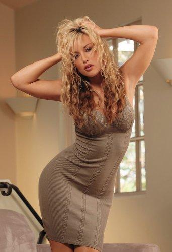 Знаменитая фотомодель Kayden Kross сняла платье и устроила эротику