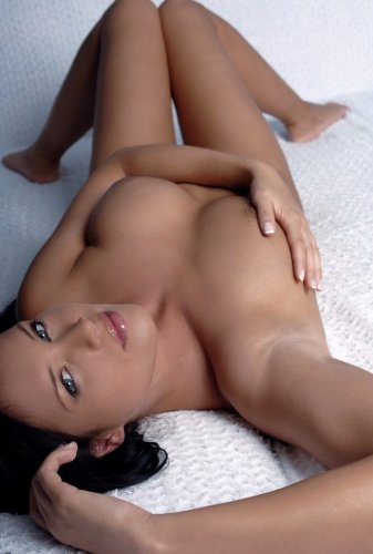 Стройная обнажённая гимнастка Инесса показывает эротику на кровати