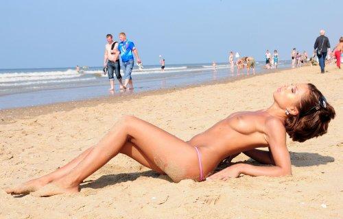 Похотливая девушка Стейси в откровенном купальнике на общественном пляже