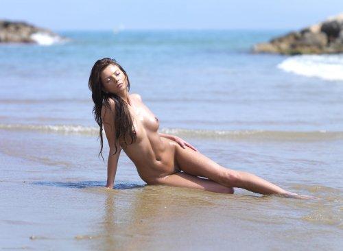 Симпатичная молодуха Stasha эротично позирует без купальника на пляже