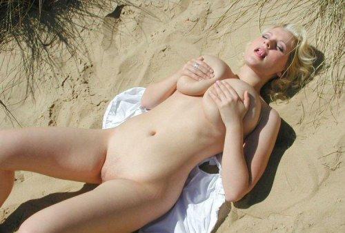 Пошлая дама Stella с огромными обвисшими дойками разделась на песчаном пляже