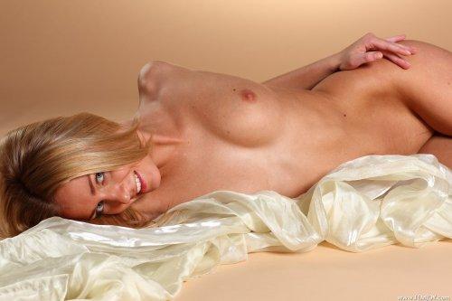 Улыбчивая красотка Senta L делает эротические фотографии в студии