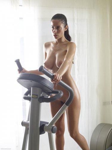 Сексуальная влажная спортсменка Muriel занимается голая на беговой дорожке