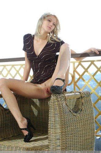 Сексуальная шлюшка Mila сняла платье устроила эротику на балконе