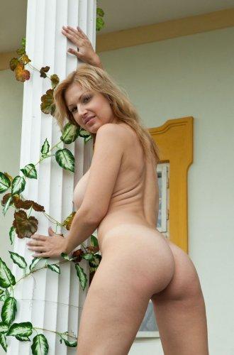 Частные эротические фото голой сисястой милфы Глория на свежем воздухе