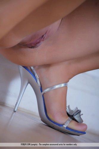 Загорелая красотка Angele скидывает платье и делает эротические снимки
