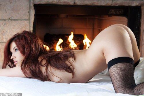 Неотразимая фотомодель Sabrina Maree в чулках и без трусиков у камина