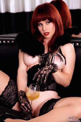 Рыжая бестия Elle Alexandra с плёткой в сексуальном наряде ждёт своего раба