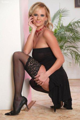 Шикарная блондинка Zuzana Drabinova с большой идеальной грудью в чулочках