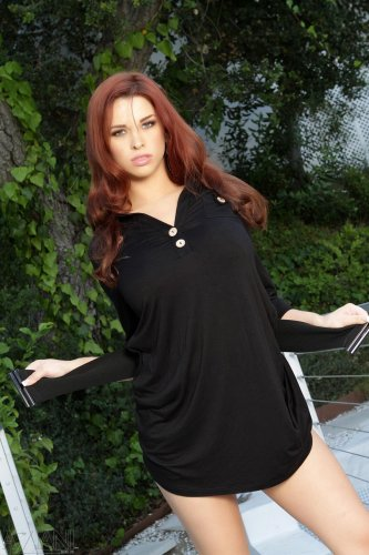 Рыженькая красотка Sabrina Maree в тигровых трусиках и красивой средней грудью