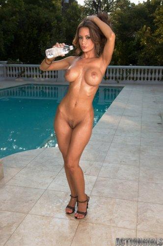 Горячая Crissy Moran в бикини в горошек обливает большие загорелые сиськи