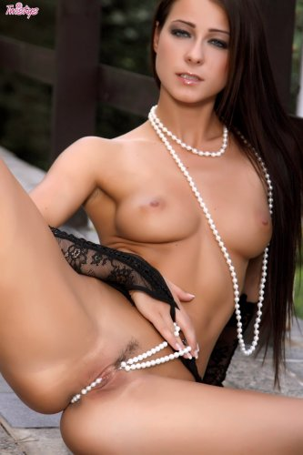 Сексуальные фото голой Kristina Walker в чёрном кружевном белье на мосту