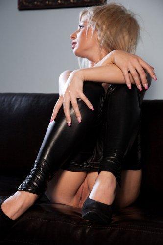 Молодая блондинка Candy Blond снимает чёрные облегающие легинсы