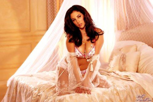 Грудастая женщина Jelena сексуально позирует обнажённая в спальне