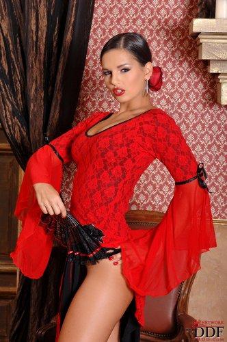 Горячая испаночка Eve Angel демонстрирует сексуальное обнажённое тело