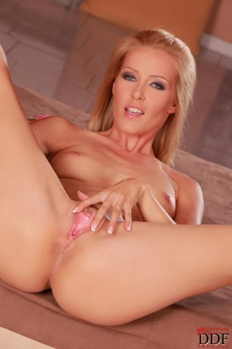 Похотливая блондинка Сонечка раздвинула ноги и лапает половые губы